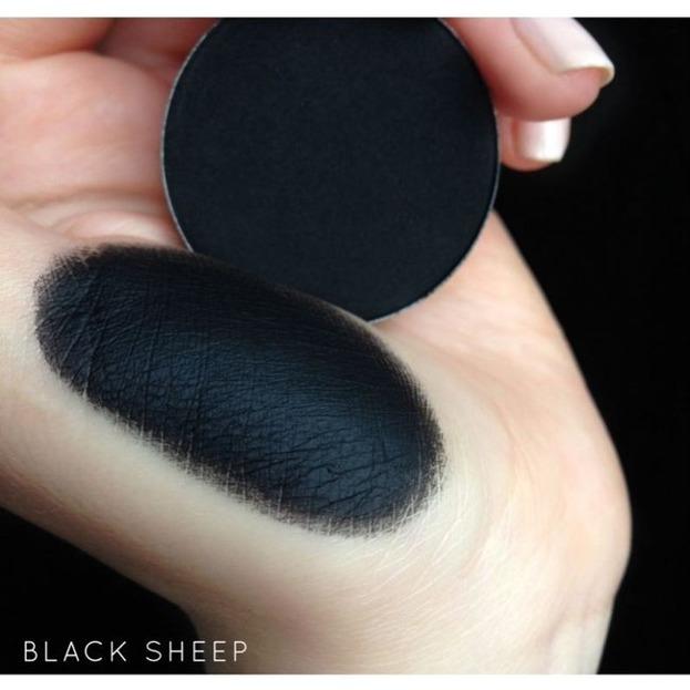 Neve Cosmetics Mineralny prasowany cień do powiek Black Sheep 3g